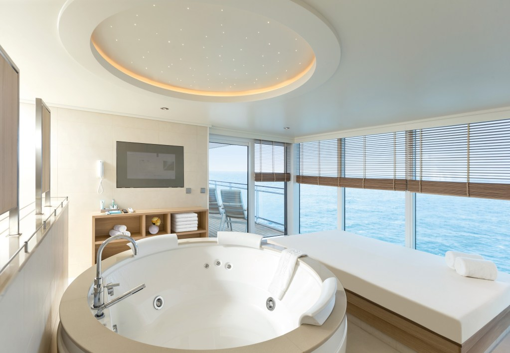Hapag-Lloyd Cruises MS EUROPA 2 suite hot tube